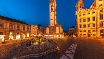 Rathausplatz in Augsburg im Dunklen